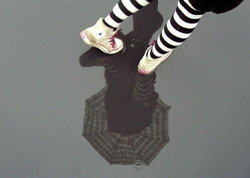 Chuva_socks_girl_rain_umbrella_feet-f39cae4dd9e58349767760f4995ee704_h_large